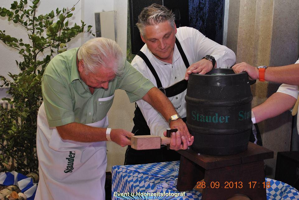 KG Batenbrock 2000 - Oktoberfest 2013 - Günter Körber beim Fassanstich